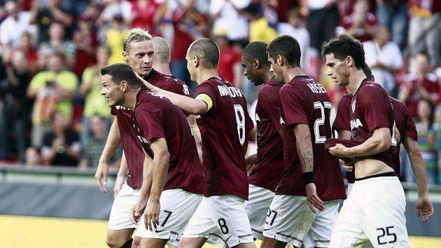 Fotbalisté Sparty oslavují jednu ze vstřelených branek do sítě FK Sarajevo.