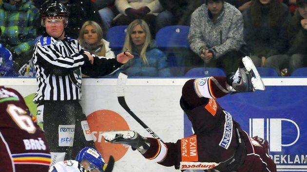 Utkání 45. kola hokejové extraligy: HC Kometa Brno - HC Sparta Praha, 28. ledna v Brně. Kolize Michala Gulašiho ze Sparty (vpravo) a Radka Procházky z domácího celku.
