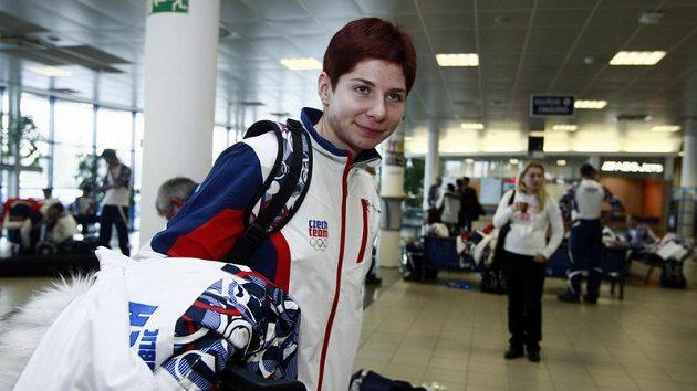 Rychlobruslařka Kateřina Novotná na ruzyňském letišti před odletem na OH do Vancouveru.