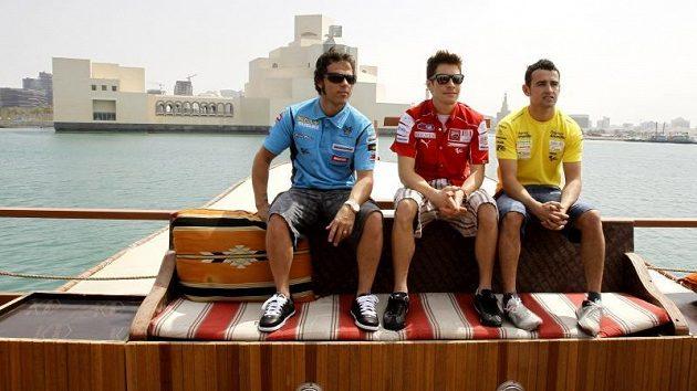 Hvězdy MotoGP Loris Capirossi, Nicky Hayden a Hector Barbera (zleva) v katarském přístavu.