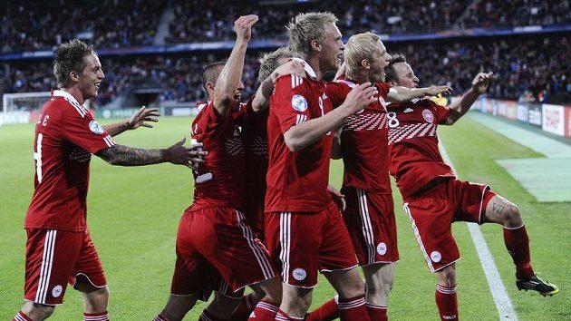 Fotbalisté Dánska se radují z výhry nad Běloruskem na ME hráčů do 21 let.