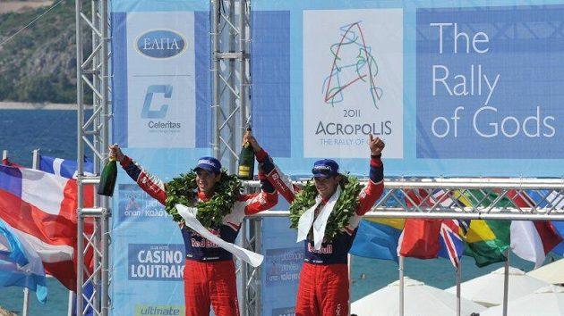 Sébastien Ogier (vpravo) oslavuje s navigátorem Julienem Ingrassiou triumf v Rallye Akropolis.