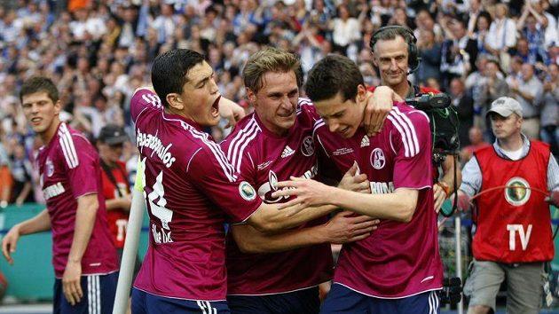 Fotbalisté Schalke 04 se radují ze zisku Německého poháru.