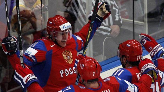 Ruský útočník Jevgenij Malkin (vlevo) oslavuje se spoluhráči trefu do sítě Kanady ve čtvrtfinále MS.