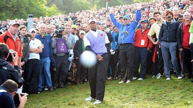 Golfový míček z hole Tigera Woodse míří na fotografa