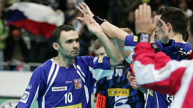 Florbalista Pavel Kožušník oslavuje se spoluhráči vstřelenou branku v utkání s Ruskem.
