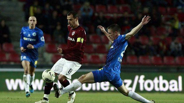 Záložník Sparty Marek Matějovský (vlevo) si kryje míč před libereckým Jiřím Fleišmanem.