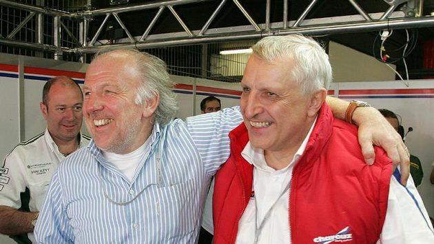 David Richards (vlevo) oslavuje s Antonínem Charouzem třetí příčku ve vytrvalostním závodu 1000 km Barcelony.
