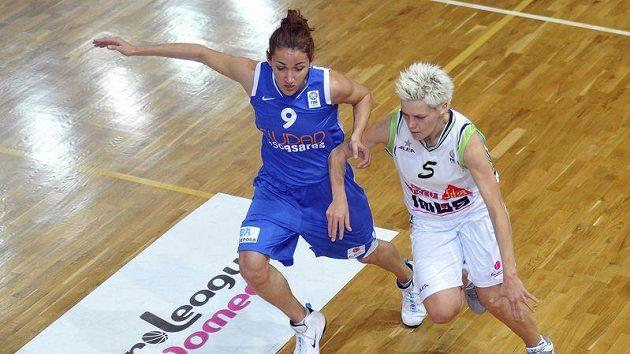 Basketbalistky Frisco Sika Brno v Brně proti Valencii propadly. S míčem Jelena Škerovičová z Brna, vlevo Laia Palauová z Valencie.