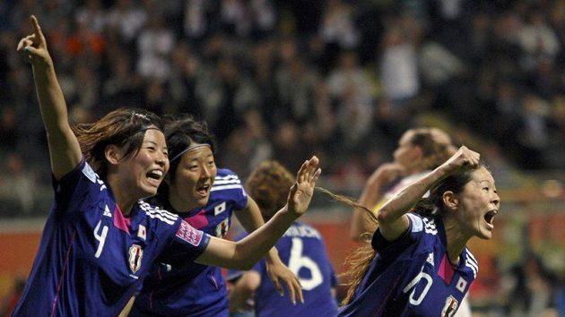 Fotbalistky Japonska se radují ze senzačního triumfu na MS.