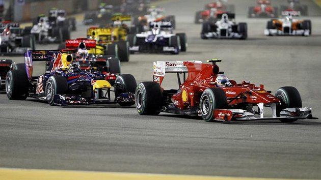 Ferrari s Fernandem Alonsem před Red Bullem Sebastiana Vettela, takový byl obrázek po startu GP Singapuru.