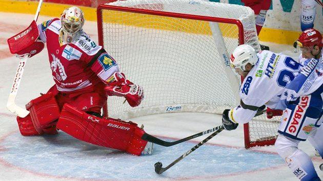 Jakub Koreis z Brna (vpravo) střílí úvodní gól zápasu Peteru Hamerlíkovi z Třince.