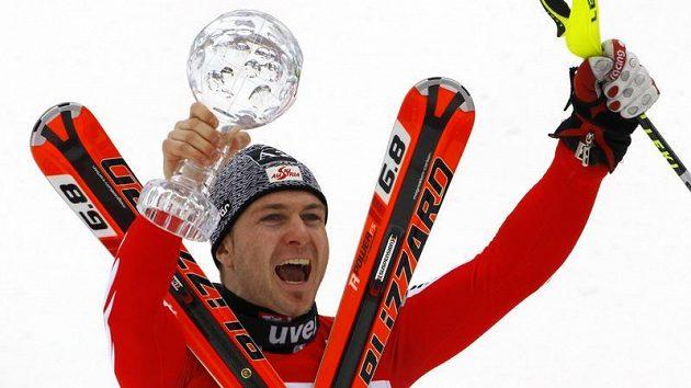Reinfried Herbst oslavuje zisk malého křišťálového glóbu pro nejlepšího slalomáře sezóny.