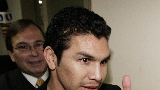 Fotbalista Salvador Cabanas opouští soudní budovu v Asunciónu