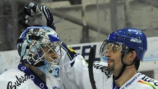 Jiří Burger (vpravo) z Vítkovic se raduje se svým brankářem Jakubem Štěpánkem.