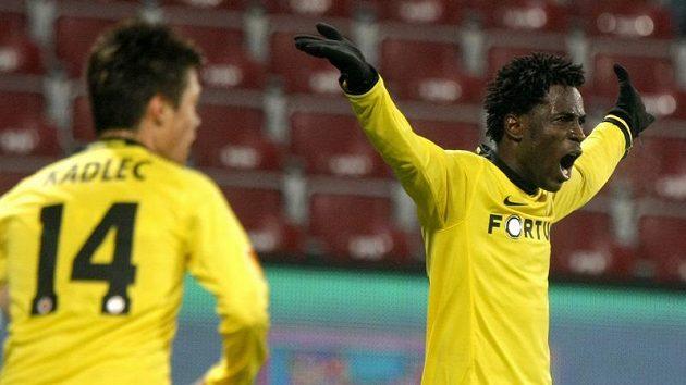 Fotbalista Sparty Bony Wilfried oslavuje svůj gól v Kluži. (ilustrační foto)
