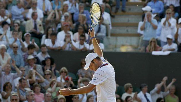 Naštvaný Andy Roddick v osmifinále Wimbledonu
