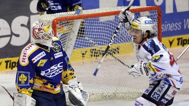 Zlínský brankář Tomáš Duba inkasuje branku v utkání s Pardubicemi. Z gólu svého spoluhráče Jana Starého se raduje Petr Koukal.