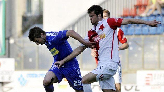 Pavel Šultes (vlevo) a Ondřej Čelůstka ze Slavie bojují o míč v odvětě Ondrášovka Cupu.