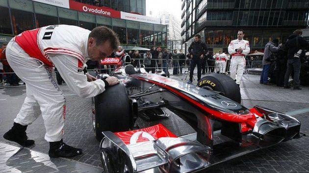 Poslední úpravy monopostu McLaren MP4-26 před slavnostní prezentací v Berlíně.