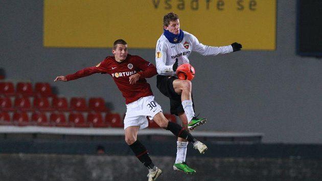 Lukáš Hejda ze Sparty (vlevo) a Tomáš Necid v dresu CSKA Moskva ve vzdušném souboji.