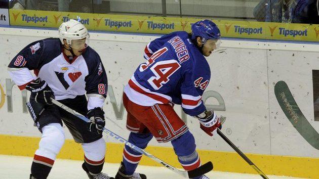 Miroslav Šatan (vlevo) ze Slovanu a Steve Eminger z Rangers