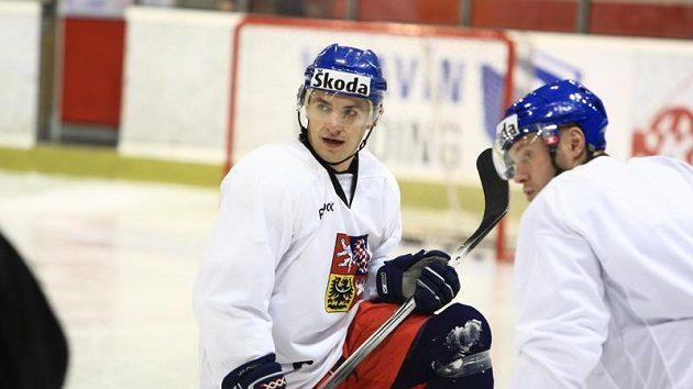 Jan Bulis (vlevo) a Josef Vašíček na tréninku hokejové reprezentace