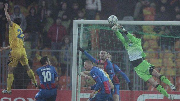 Plzeňský gólman Marek Čech vyráží míč při šanci Borisova v 5. kole Ligy mistrů.