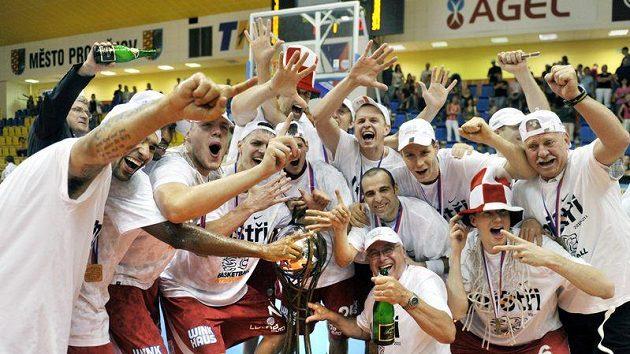 Basketbalisté Nymburka slaví mistrovský titul.