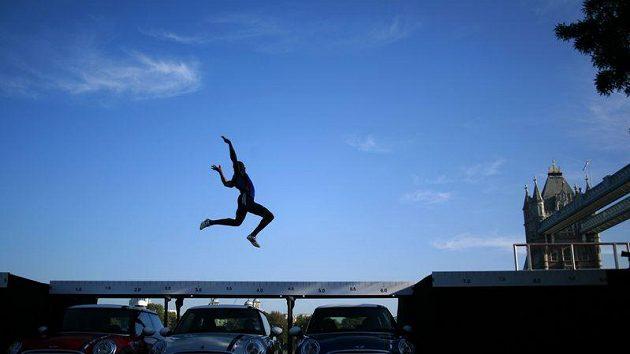 Britský skokan Jegede skáče přes tři automobily