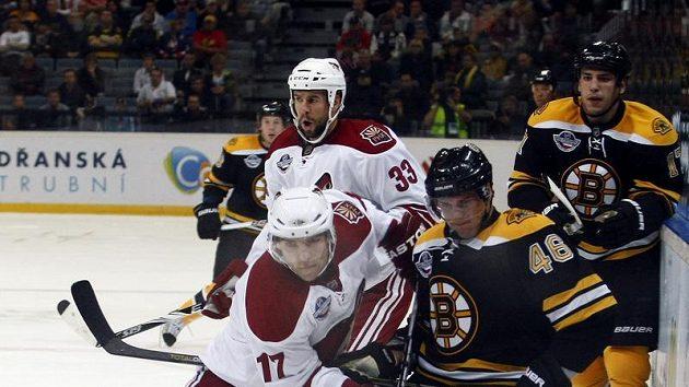 Střet českých legionářů v NHL. Vlevo Radim Vrbata z Phoenixu, vpravo bostonský David Krejčí.