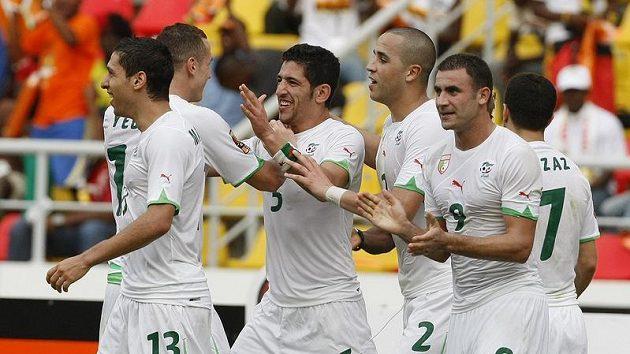 Fotbalisté Alžírska se radují z branky na mistrovství Afriky.