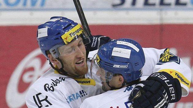 Marek Malík (vlevo) a Jiří Burger se radují z branky.
