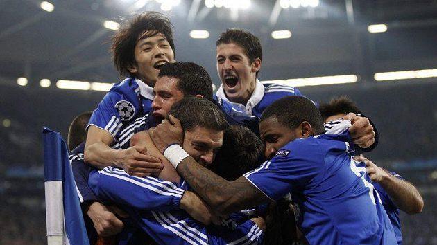 Fotbalisté Schalke 04 oslavují branku vstřelenou Valencii.