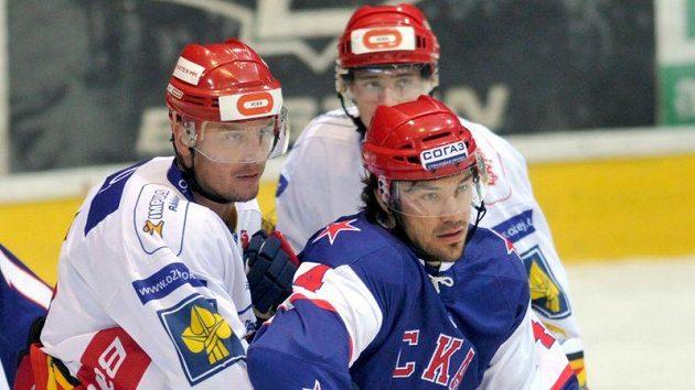 Jiří Hendrich z Hradce Králové (vlevo) natěsno brání Jevgenije Arťuchina z SKA Petrohrad.