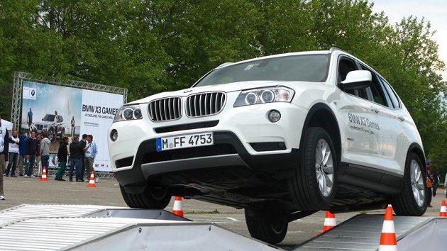 Záběr ze soutěže v řízení vozu BMW