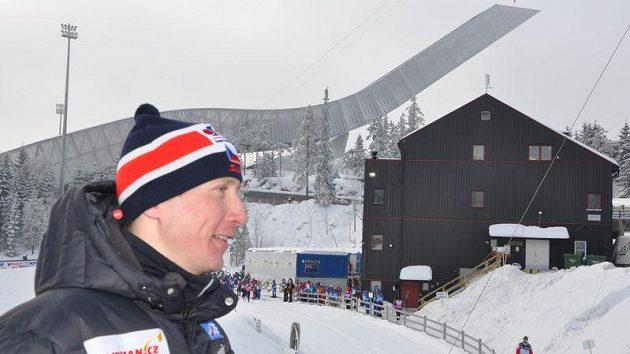 Lukáš Bauer na Holmenkollenu. V pozadí nový skokanský můstek.