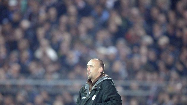 Trenér St. Pauli Holger Stanislawski opouští trávník poté, co kelímek vhozený na hřiště předčasně ukončil zápas se Schalke.