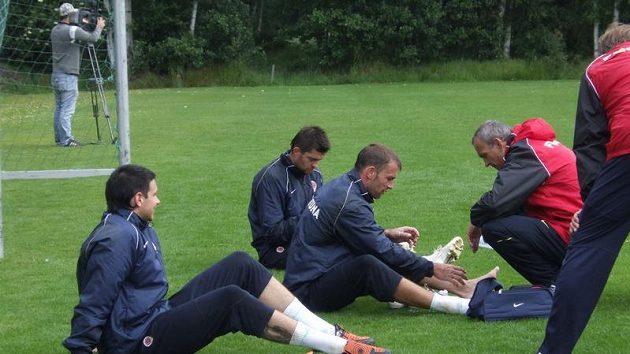 Brankáři Sparty během přípravy ve Františkových Lázních, Jaromír Blažek se přezouvá.