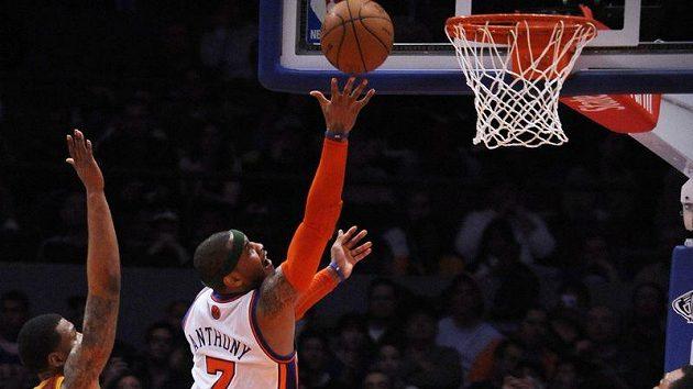 Carmelo Anthony z New York Knicks skóruje v utkání proti Clevelandu