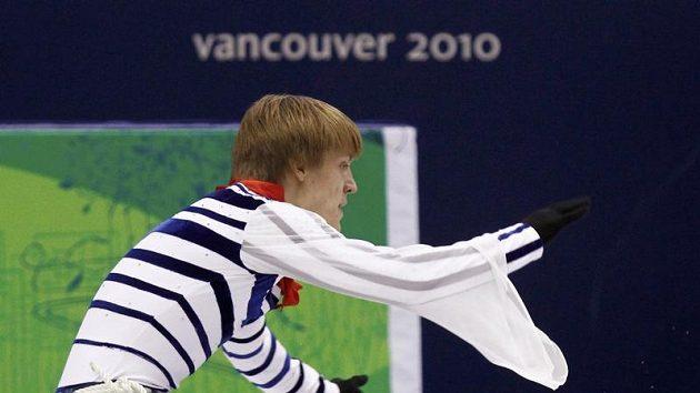 Tomáš Verner padá během svého krátkého programu na olympijských hrách ve Vancouveru.