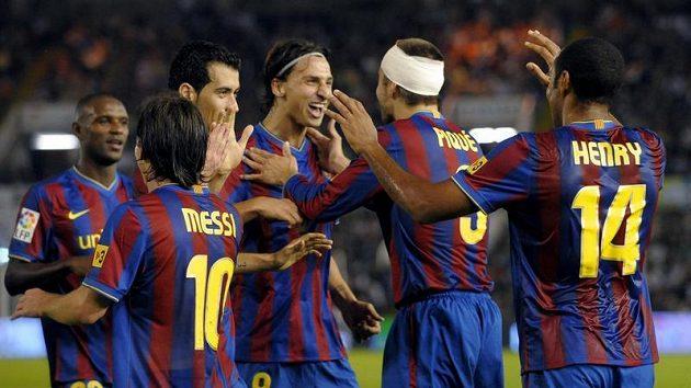 Fotbalisté Barcelony oslavují gól - ilustrační fotografie.