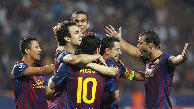 Fotbalisté Barcelony se radují z branky v utkání o evropský Superpohár proti Portu.