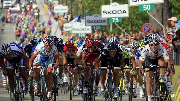 Mark Cavendish (vpravo) protíná jako první cíl 10. etapy Gira d'Italia.