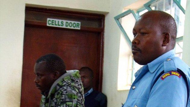 Samuel Wanjiru (vlevo) v doprovodu policisty u soudu v Nairobi