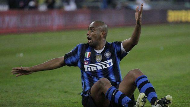 Obránce Interu Maicon se během utkání s Bari rozčiloval.
