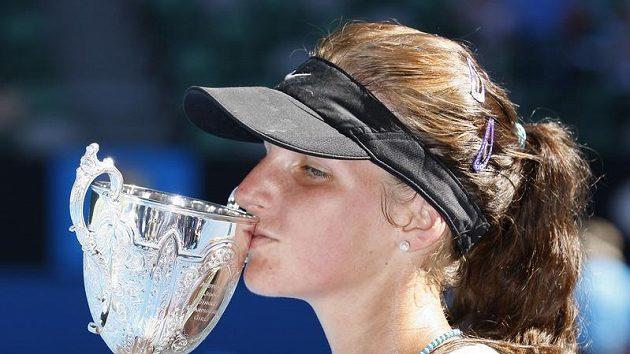 Karolína Plíšková s trofejí pro juniorskou vítězku Australian Open