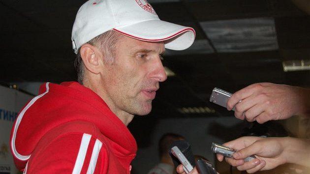 Brankář Dominik Hašek.