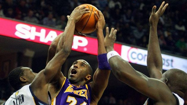 Basketbalistům Lakers nepomohl k výhře ani hvězdný Kobe Bryant (uprostřed).