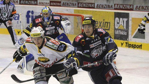 Útočník Litvínova Jakub Černý (vlevo) v zápase s Libercem
